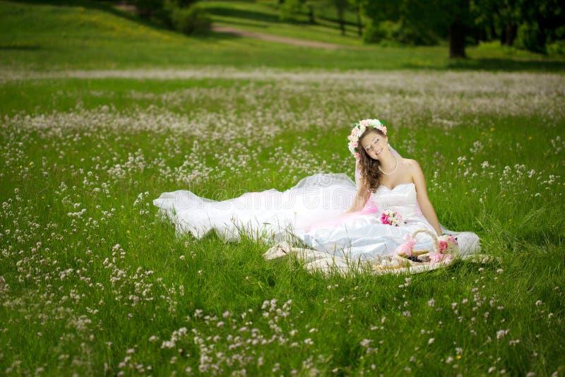 Junge Frau in einem Kranz von Blumen mögen Prinzessin lizenzfreie stockbilder