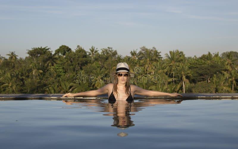 Junge Frau in einem Pool lizenzfreie stockbilder