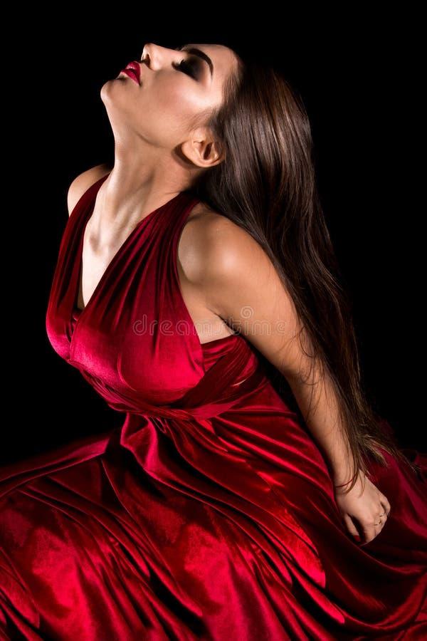 Junge Frau in einem roten Kleid lizenzfreie stockfotografie
