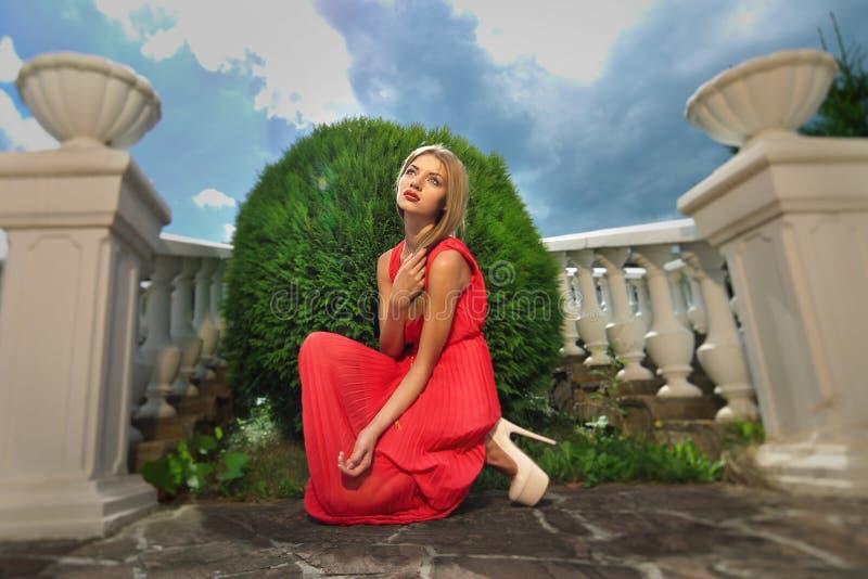 Download Junge Frau In Einem Roten Kleid Stockfoto - Bild von fersen, frau: 26350204