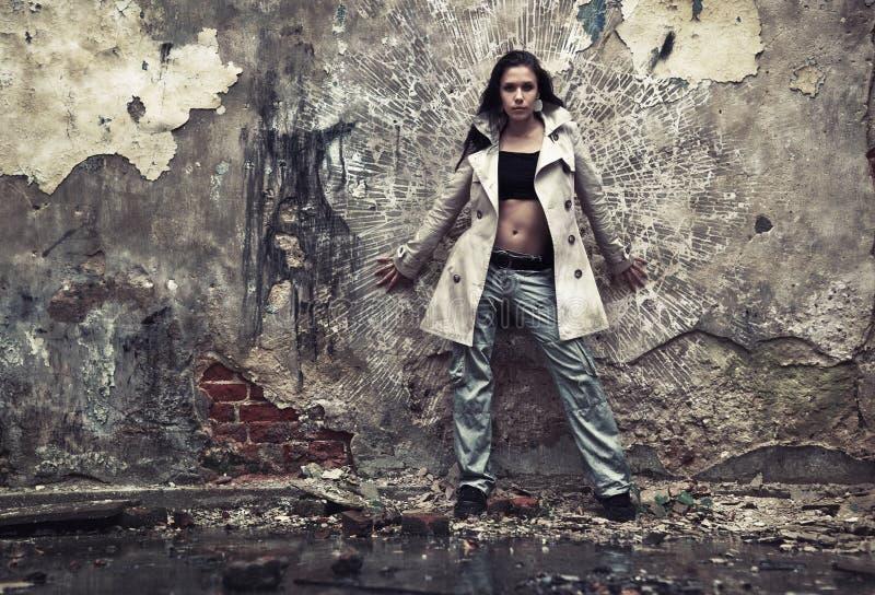 Junge Frau in einem ruinierten Gebäude stockbilder