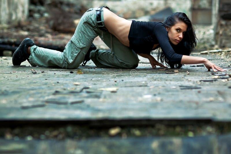 Junge Frau in einem ruinierten Gebäude stockfotografie