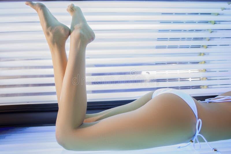 Junge Frau in einem Solarium stockfotos