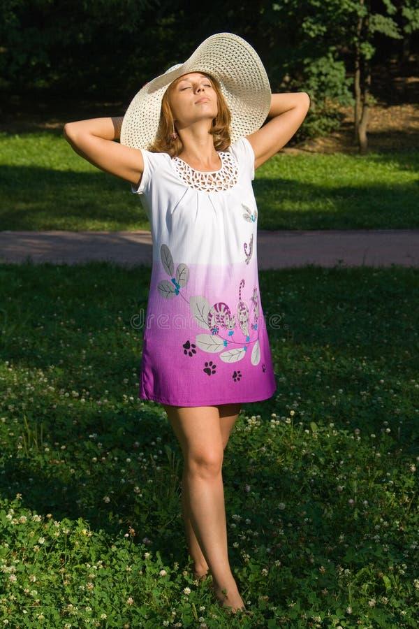 Junge Frau in einem Strohhut lizenzfreie stockfotos