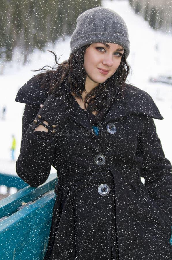 Junge Frau an einem Tag des verschneiten Winters lizenzfreies stockbild