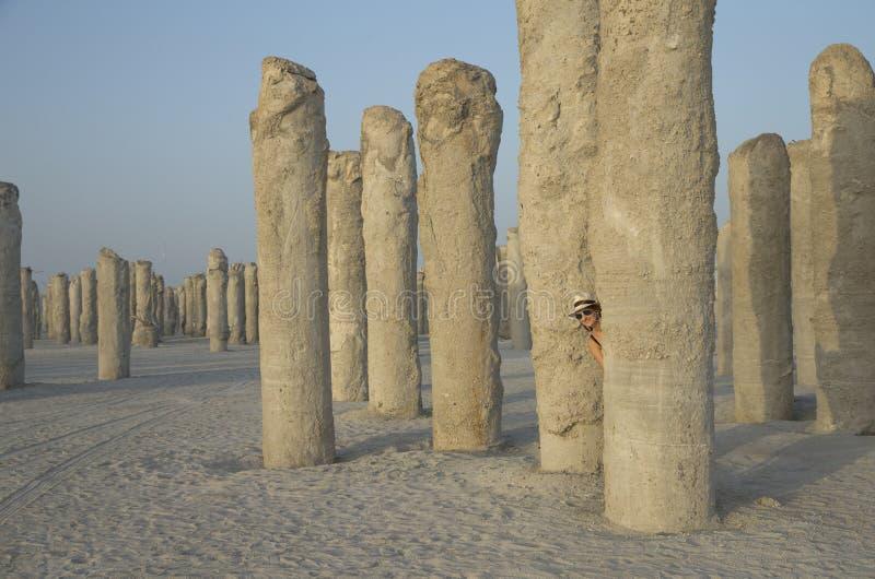 Junge Frau an einer BetrugBaustelle in Dubai stockfotos