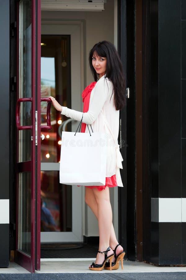 Junge Frau in einer Malltür lizenzfreies stockfoto