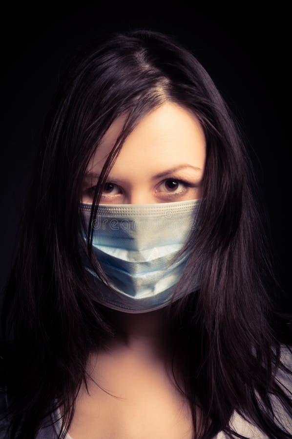 Junge Frau in einer schützenden Schablone lizenzfreies stockbild