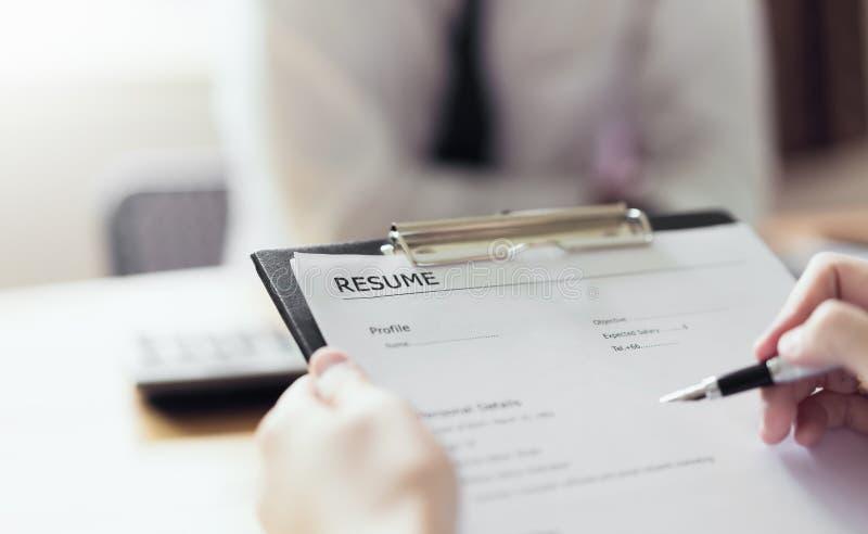 Junge Frau einreichen, Arbeitgeber wieder aufzunehmen, um Bewerbung zu wiederholen lizenzfreies stockfoto