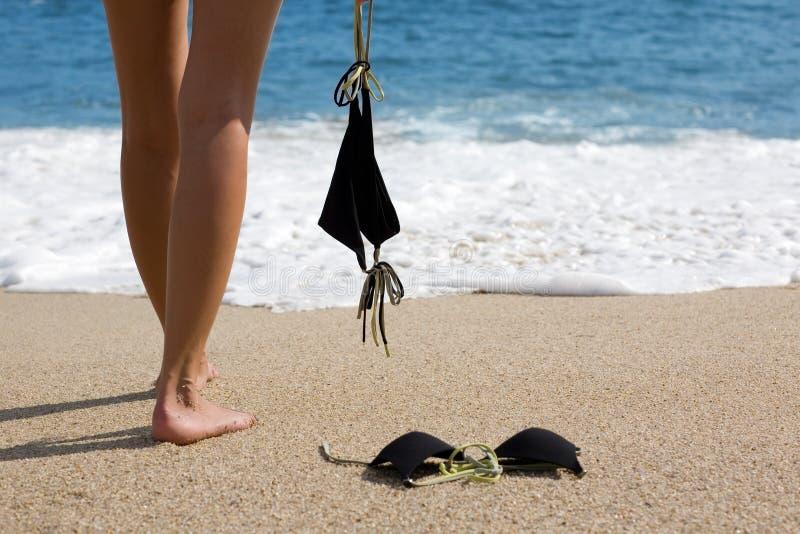Junge Frau entfernt Bikini lizenzfreie stockfotografie