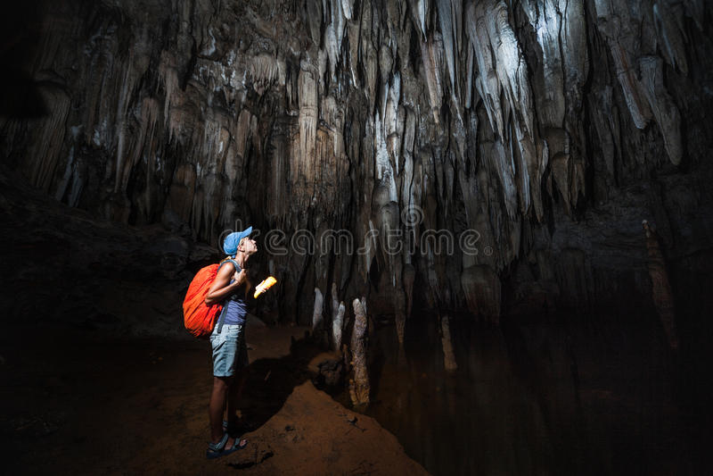 Junge Frau erforscht Höhle stockbilder