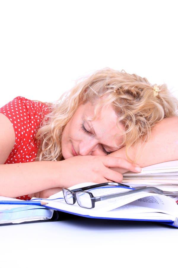 Junge Frau, ermüdet vom Studieren lizenzfreie stockfotos