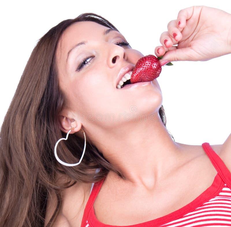 Junge Frau essen frische Erdbeere lizenzfreies stockfoto