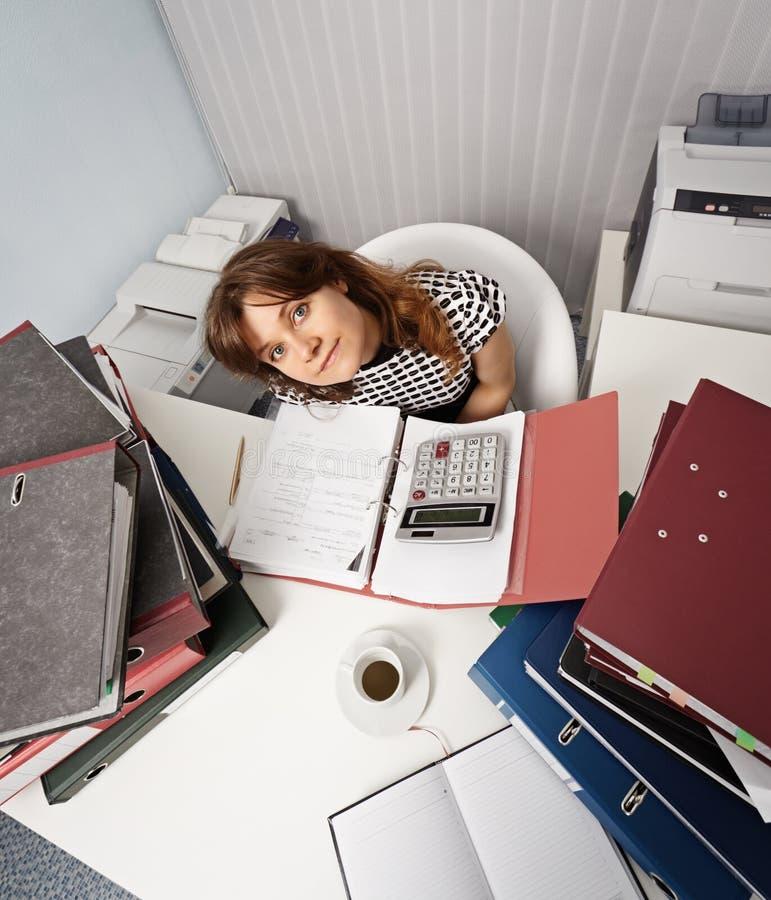 Junge Frau - Finanzier auf Büroarbeitsplatz lizenzfreies stockbild
