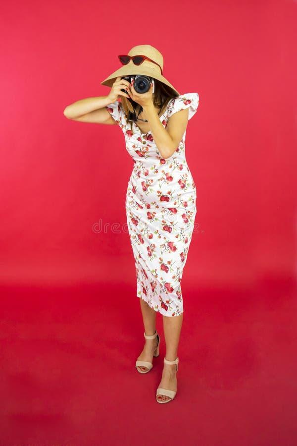 Junge Frau fotografiert mit Digitalkamera lizenzfreie stockbilder