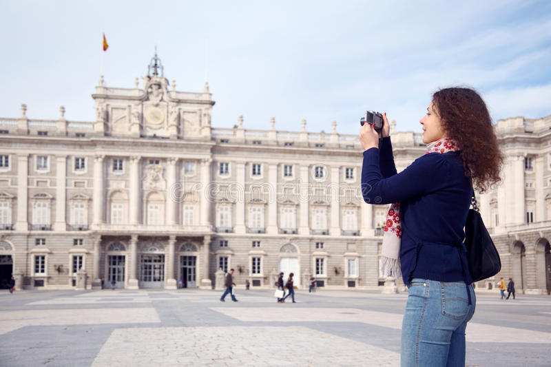 Junge Frau fotografiert Palast von spanischen Königen lizenzfreie stockbilder