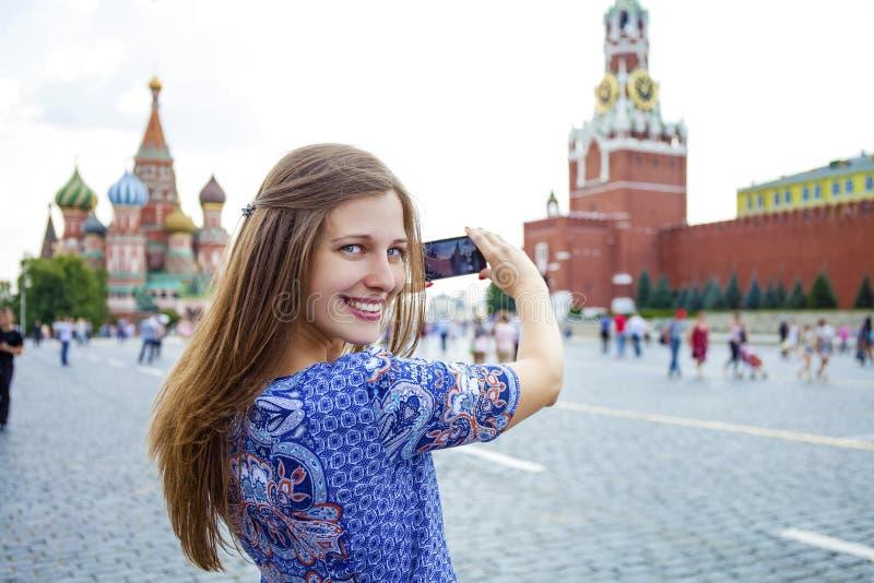 Junge Frau fotografierte Anziehungskräfte in Moskau stockbilder