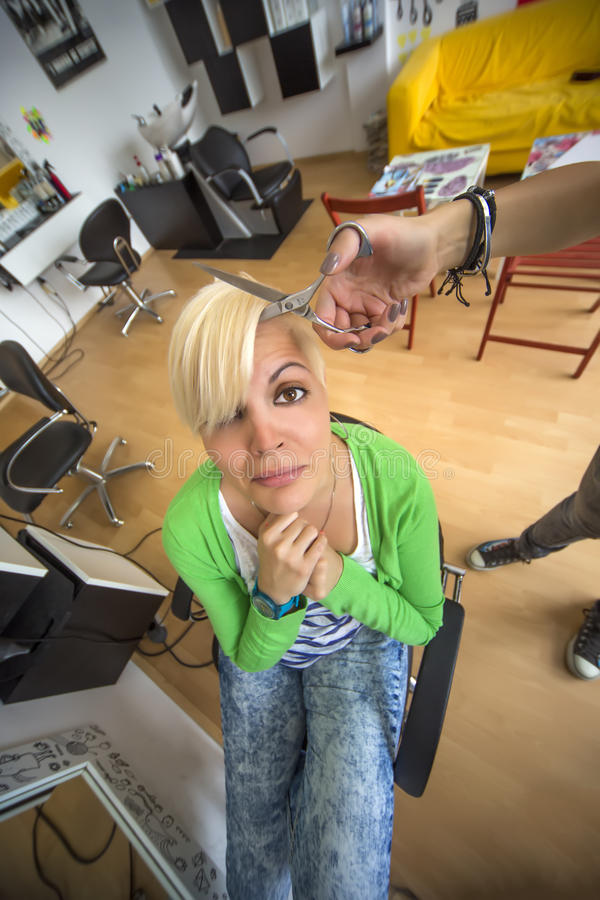 Junge Frau am Friseur lizenzfreie stockfotos