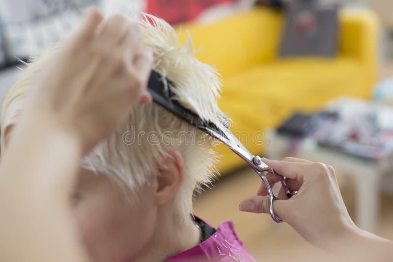 Junge Frau am Friseur lizenzfreie stockbilder