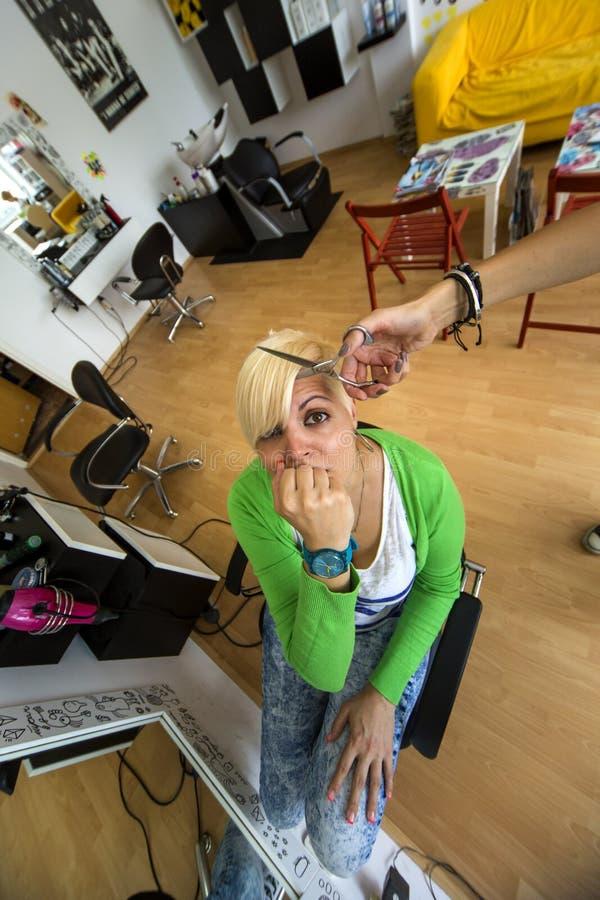 Junge Frau am Friseur lizenzfreie stockfotografie