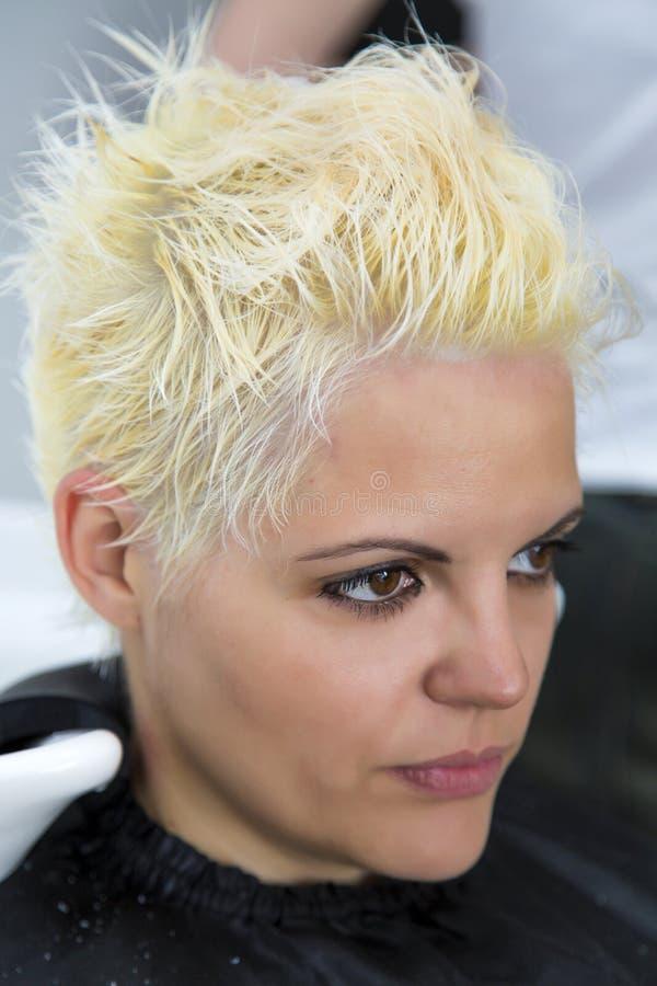 Junge Frau am Friseur stockbild