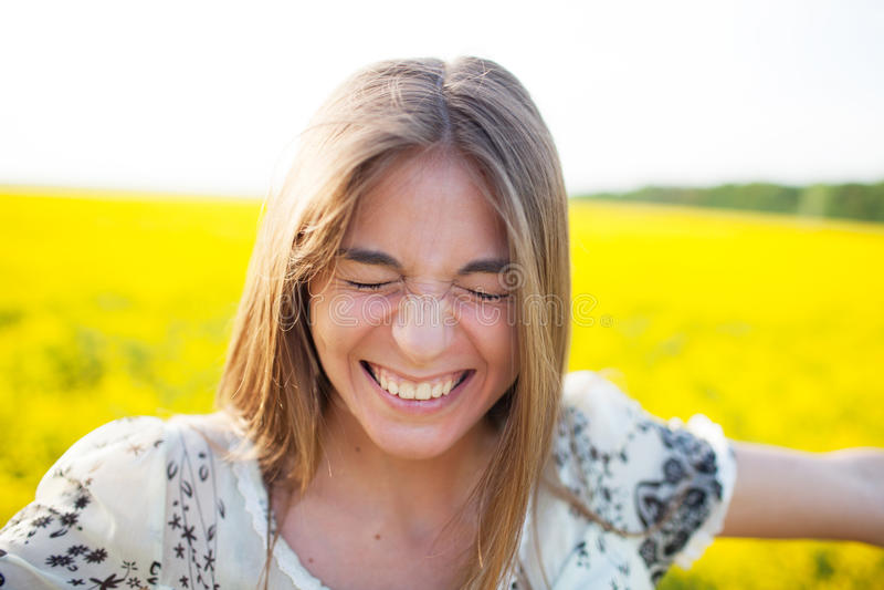 Junge Frau geblinkt vom Vergnügen lizenzfreie stockfotos