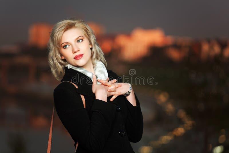 Junge Frau gegen eine Nachtstadt stockfotografie