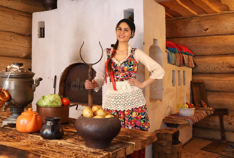 Junge Frau gekleidet in der traditionellen russischen Kleidung lizenzfreies stockbild