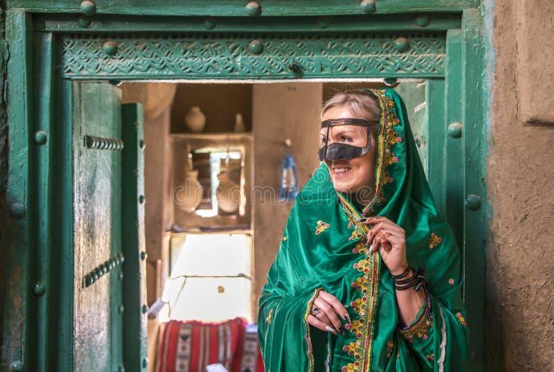 Junge Frau gekleidet im traditionellen Kleid von Oman lizenzfreies stockbild