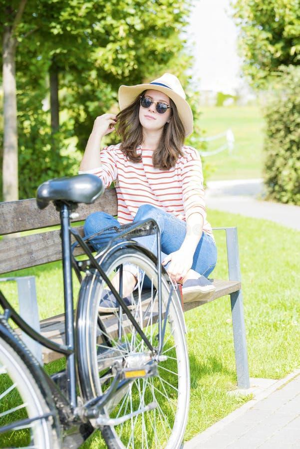 Junge Frau genießen den Sommertag im Freien lizenzfreies stockfoto
