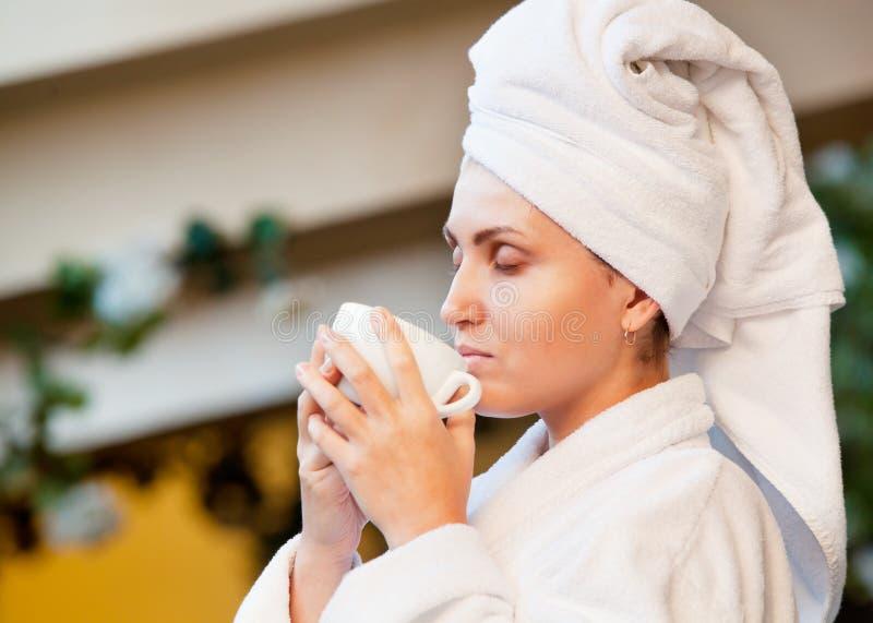 Junge Frau genossen mit Morgenkaffee stockfotos