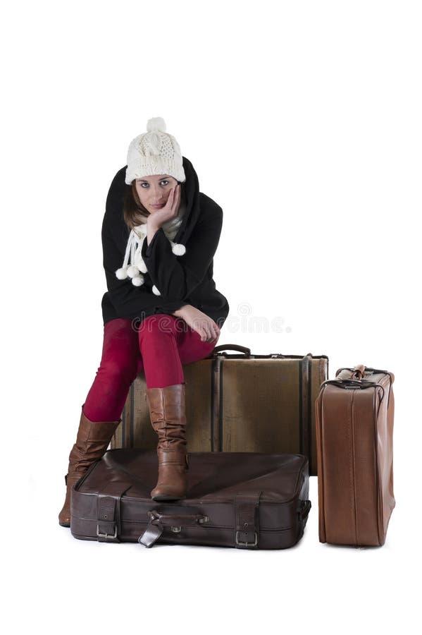 Junge Frau gesetzt in den Koffern, lizenzfreies stockfoto