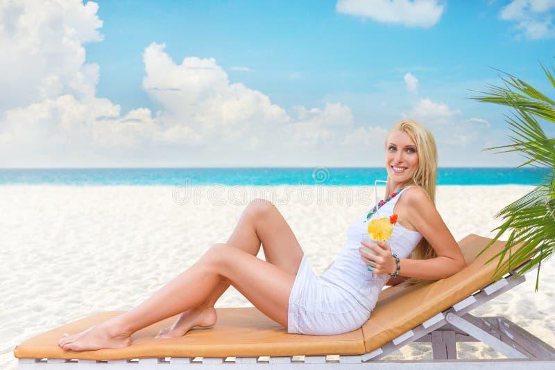 Junge Frau haben, auf dem Strand zu genießen stockfoto