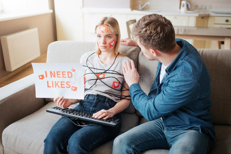 Junge Frau haben Social Media-Sucht E K?rper eingewickelt mit Schnur H?nde auf Tastatur jung lizenzfreie stockfotos