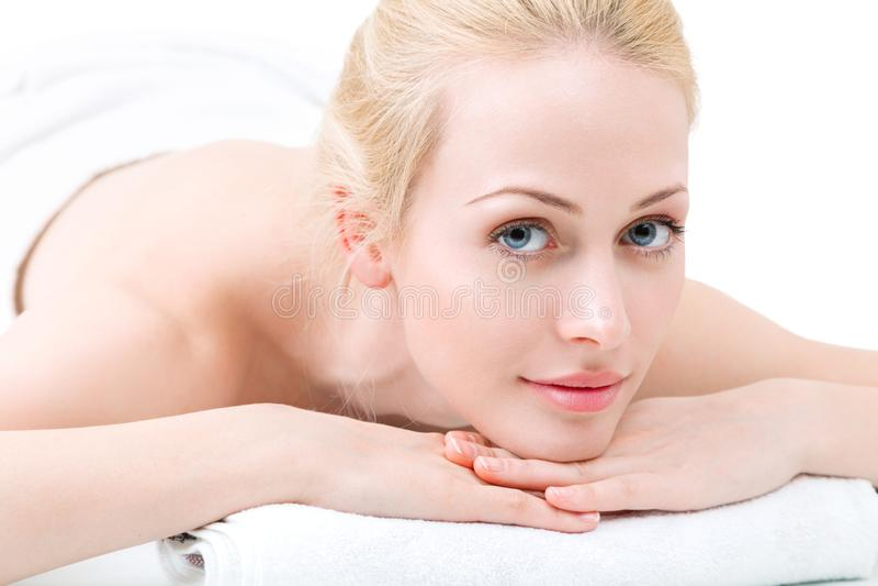 Junge Frau haben Tagesbadekurort im Salon stockbilder