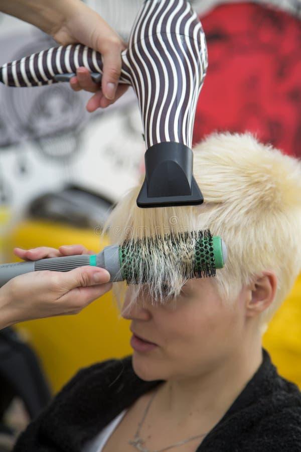 Junge Frau am haircutting Friseur lizenzfreie stockfotos
