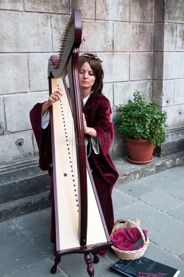 Junge Frau Harpist am Filetto Festival, Italien stockfotos