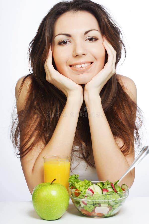 Junge Frau hat Frühstückssalat lizenzfreie stockfotografie