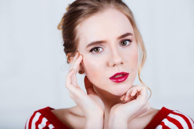 Junge Frau hat Kopfschmerzen und Grippe auf grauem Hintergrund lizenzfreies stockbild