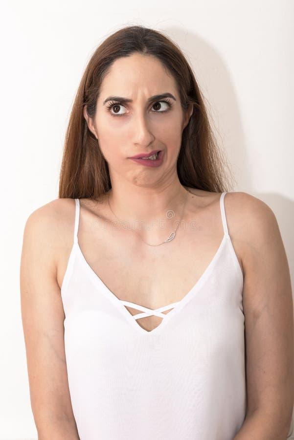 Junge Frau, Headshot, scheint, etwas vergessen zu haben lizenzfreies stockfoto