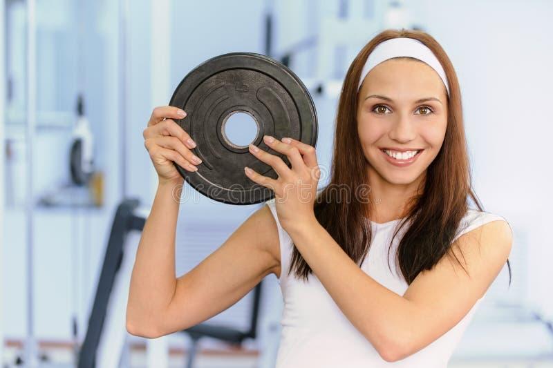 Junge Frau hebt Gewicht an stockfotos