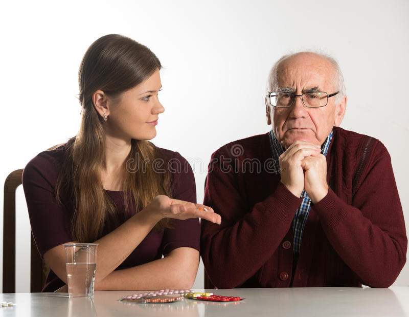 Junge Frau hilft älterem Mann lizenzfreie stockfotografie