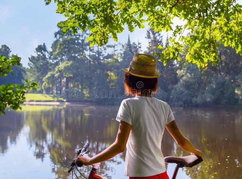 Junge Frau Hippie mit Fahrrad stockbilder