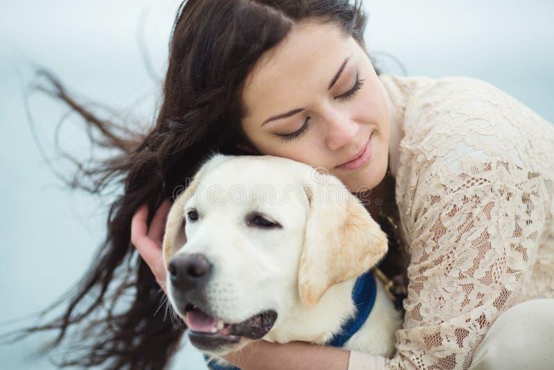Junge Frau, Hund Labrador stockbilder