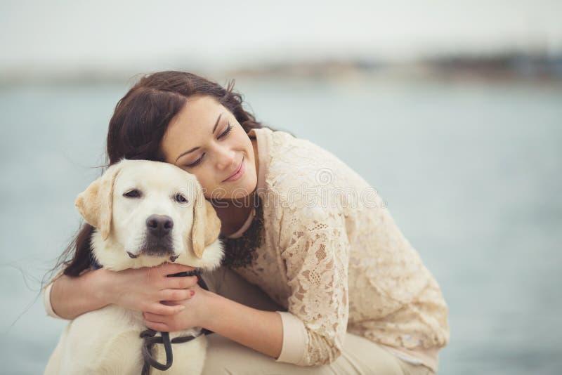 Junge Frau, Hund Labrador stockfoto
