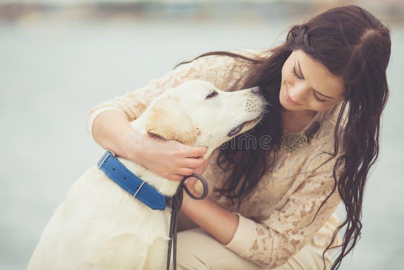 Junge Frau, Hund Labrador lizenzfreies stockbild