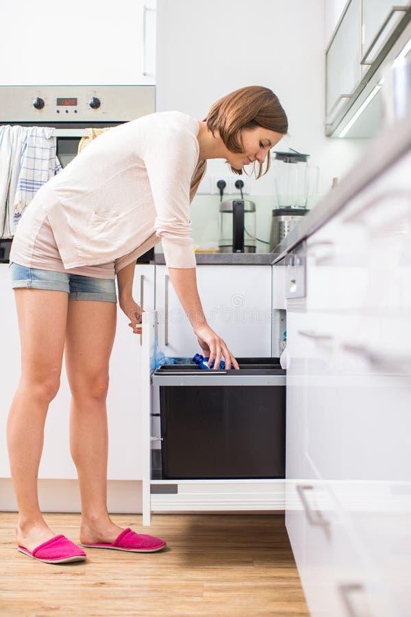 Junge Frau in ihrer modernen Küche lizenzfreies stockfoto