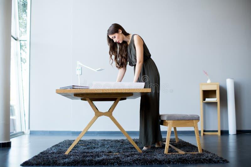 Junge Frau im Büro lizenzfreie stockfotografie