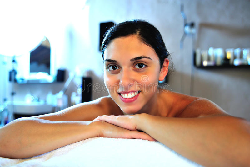 Junge Frau im Badekurort lizenzfreies stockbild