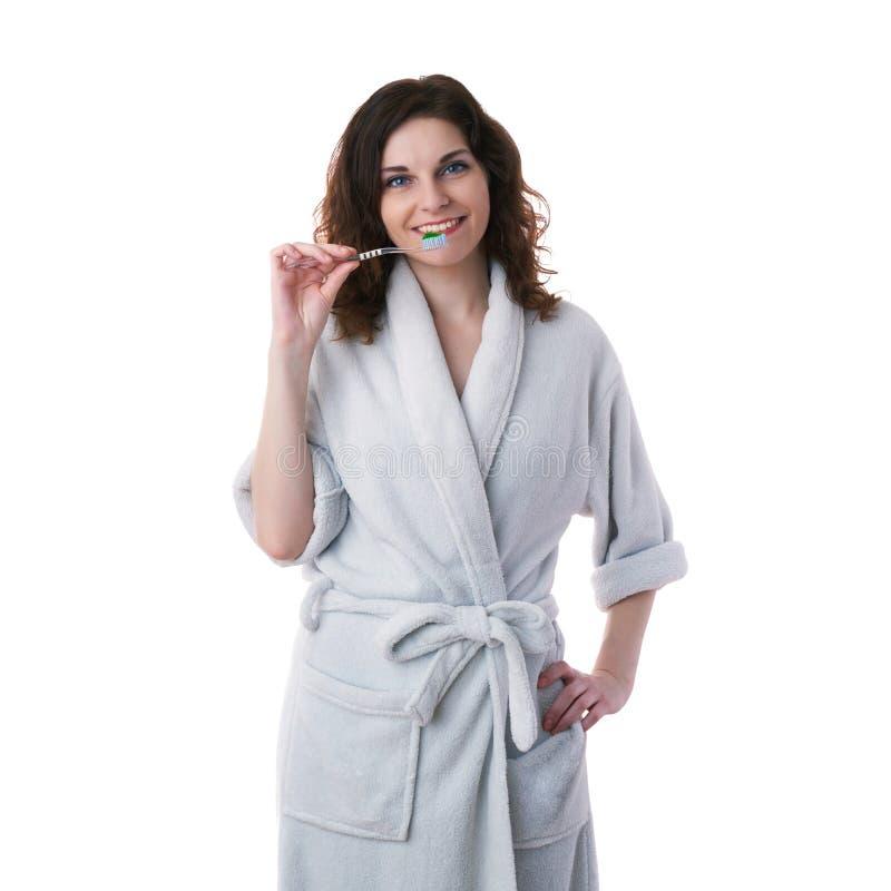 Junge Frau im Bademantel über Weiß lokalisierte Hintergrund lizenzfreie stockfotos